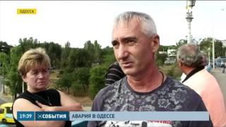 В Одессе мусоровоз буквально раздавил автовышку(Авария произошла возле центрального автовокзала. По словам очевидцев, водитель мусороуборочной машины..., 2015-09-28T17:08:34.000Z)