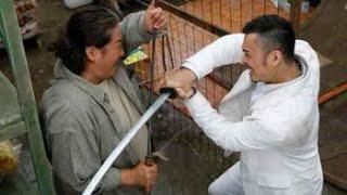 Старина Само Хунг против злодеев с мечами.....