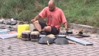 Zuerst denkt man, er ist nur ein normaler Straßenmusiker - aber dann!!!