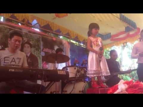 Be gái ede 3 tuoi hát đám cưới như người lớn