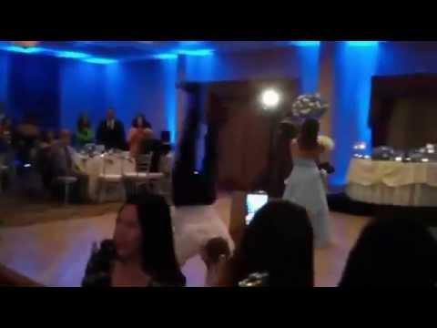 Жених случайно сшиб невесту во время танца