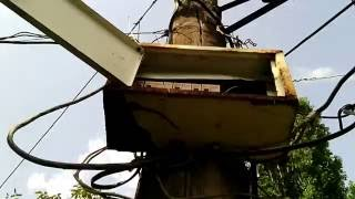 Электрический щиток с автоматами на столбе  И при всём при этом корпус щитка бьётся током
