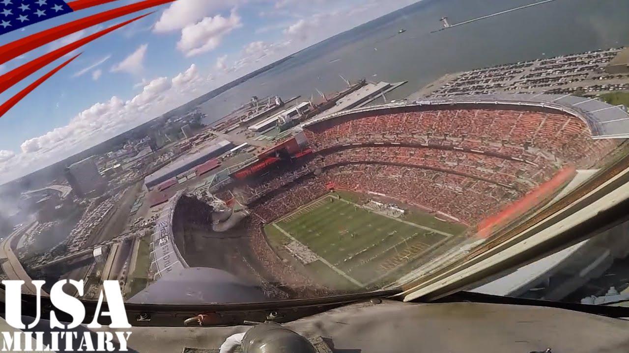 C-130輸送機がNFLの試合会場でフ...