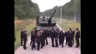 Вот прикол. Как тормозит танк Леопард. Дети в опасности(, 2014-01-30T15:52:04.000Z)