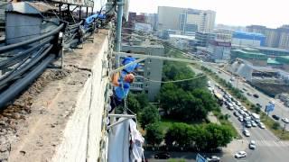 вертикальный мир ролик(Монтаж баннерной сетки на фасад Дома Печати в городе Тюмень. Июнь 2012 года. Компания