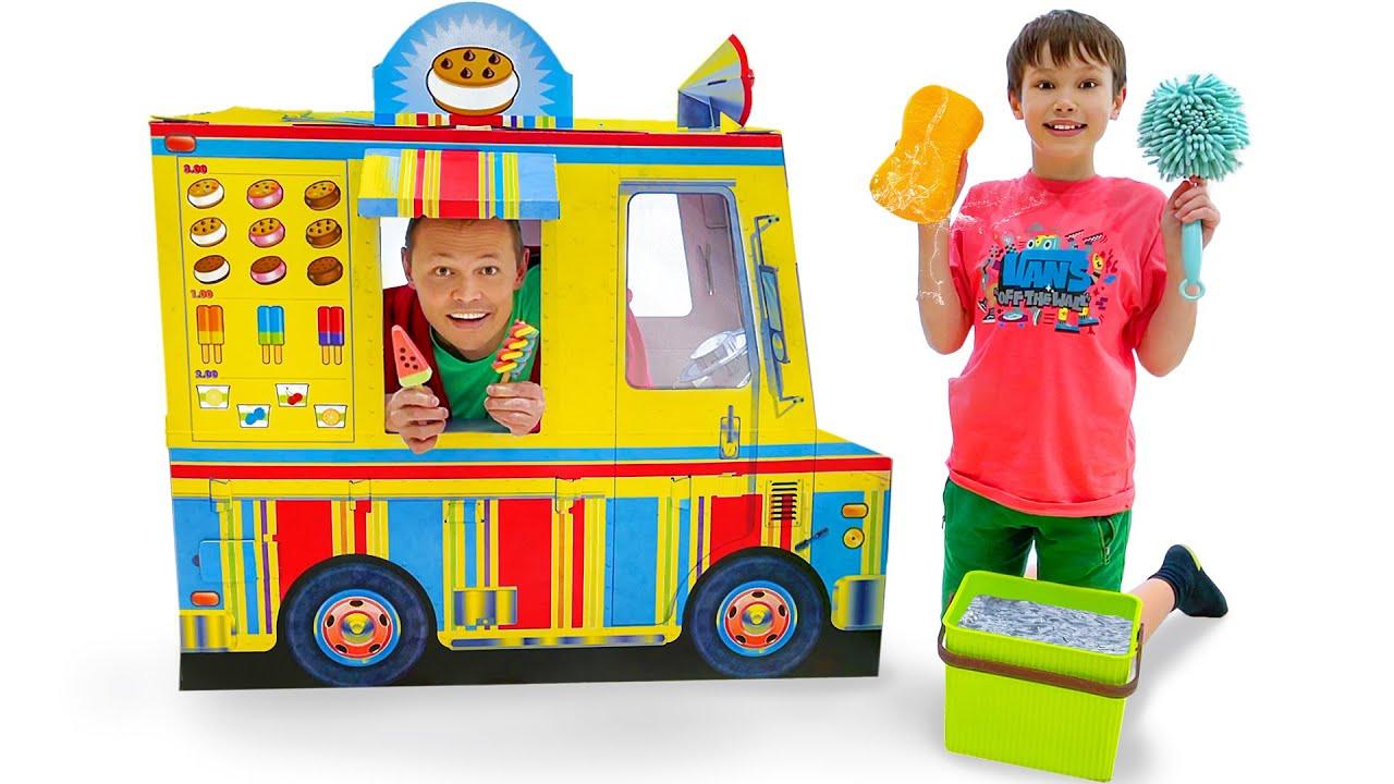 Макс и папа играют в вагончик мороженого