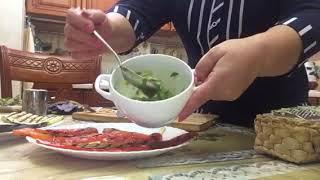 Тёплый салат с курицей и овощами.