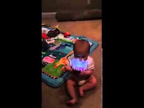 Telefon bağımlısı bebek