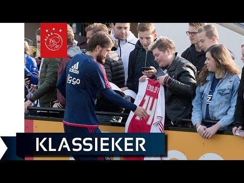 Ajax traint met publiek richting Feyenoord