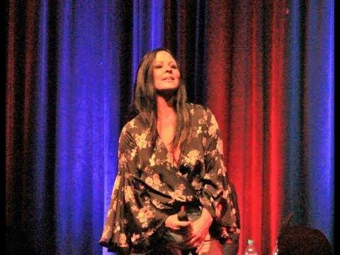 Sara Evans sings
