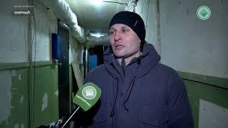 Жители аварийной двухэтажки в Мирном пытаются согреться
