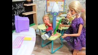 Валерка влип. Тролли в классе. Школа Барби куклы новые серии.