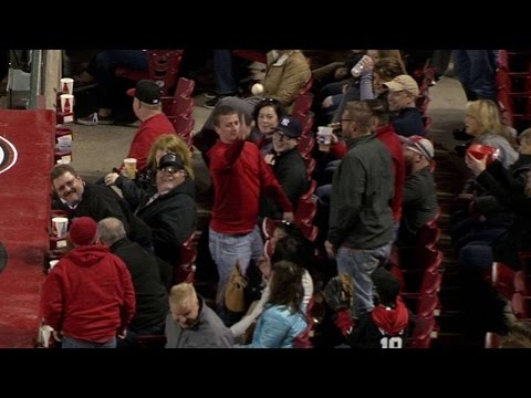 MIL@CIN: Two fans give away foul ball to excited kid