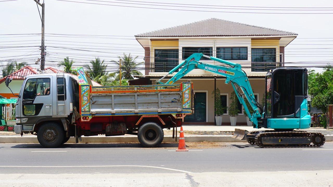แบคโฮตักดินจากรถดั้มทำเกาะกลางถนน KOBELCO SK35SR Excavator and Truck -  YouTube