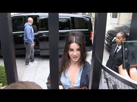 EXCLUSIVE : Lana Del Rey greeting fans at her hotel in Paris