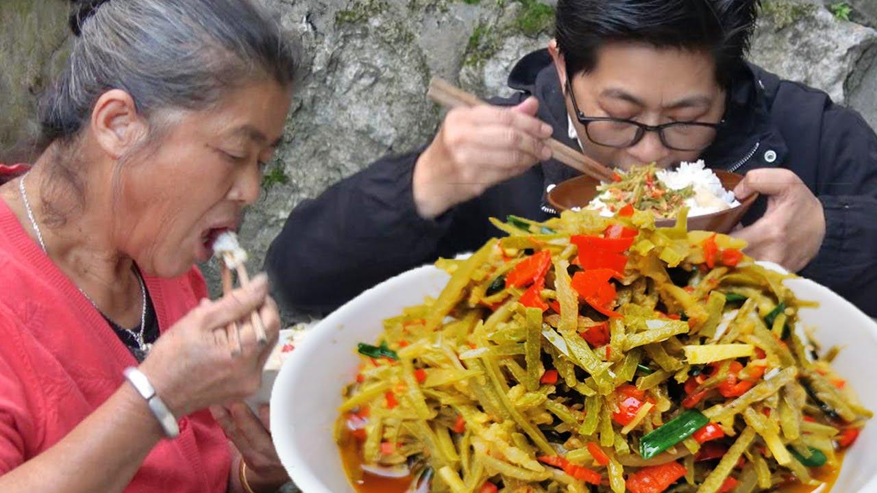 """酸冬瓜皮腌好了,老妈下厨炒个""""冬瓜酸""""吃,酸辣美味,真下饭!【湘西九九美食】"""