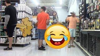 Пердит на людей в супермаркете 2. Прикол, пранк.