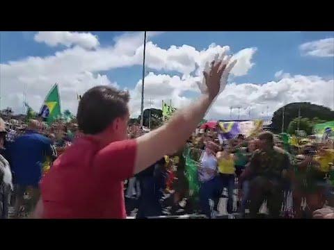 Au Brésil, Bolsonaro harangue des manifestants anti-confinement