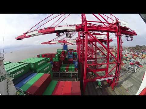 NAVIGATE A GIANT. Container vessel operation.