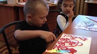 Маленькие дети рисуют семью