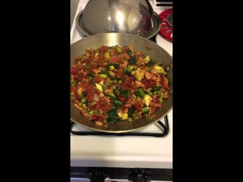 Quick & easy dinner pasta sauce cooking at home