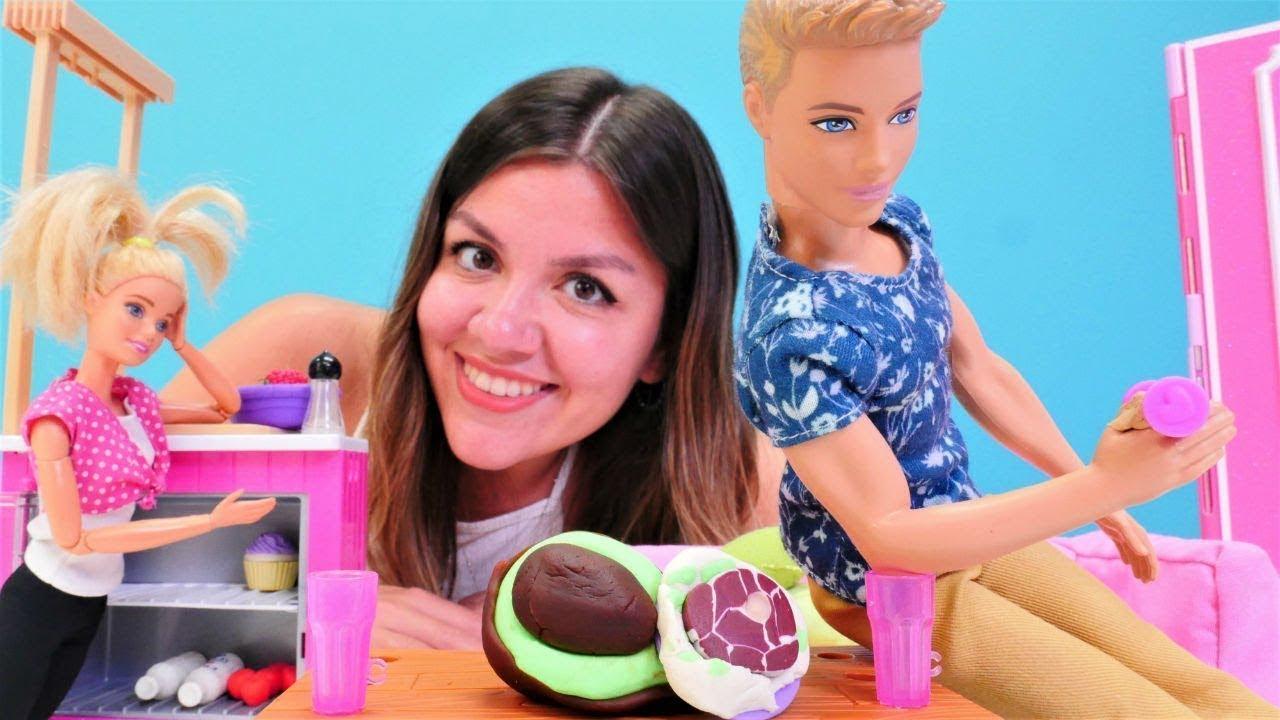 Barbie Ken için yemek yapıyor. Eğlenceli Barbie videoları kızlar için. Yemek yapma oyunları