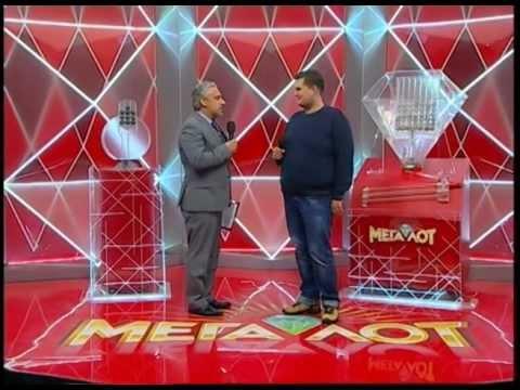 Обладатель Мегаприза лотереи Мегалот Юрий Саенко получает сертификат победителя