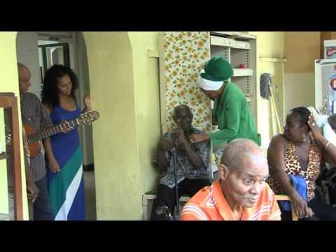Yvette op Curaçao  bij ouderen tehuis (Habaai)