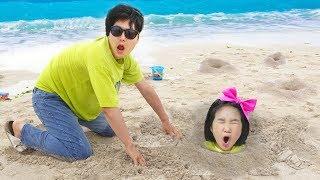 Boram e papai tiveram um dia divertido na praia! Brincando com pai e areia