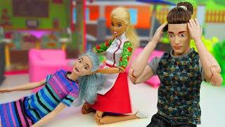 Барби обиделась на Кена. Игры в куклы Барби. Смешные видео для девочек