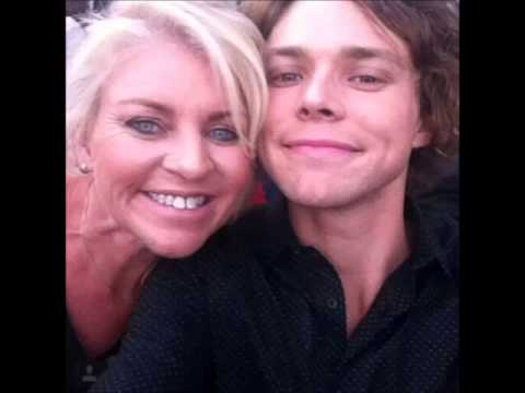 5 Seconds of Summer with their Moms