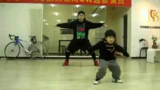 Chinese Boy 3 years old DANCING... AMAZING!!!!!