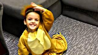 Ваня играет в маленькую обезьянку