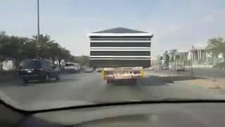 بالفيديو.. «سطحة» تنقل «بيت شعر» بطريقة خطيرة على الدائري في الرياض
