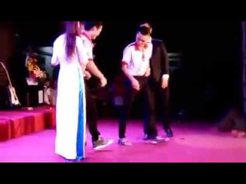 Fan nam tỏ tình với Khởi My trên sân khấu