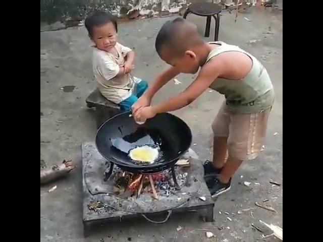 Kardeşine yemek pişiren kocaman yürekli abi! Abi gibi abi...