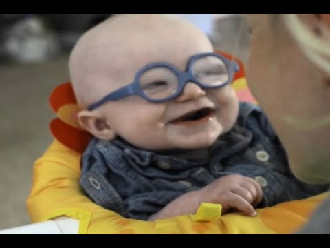 Beb� estrena lentes; sonr�e al ver a su mam� por primera vez
