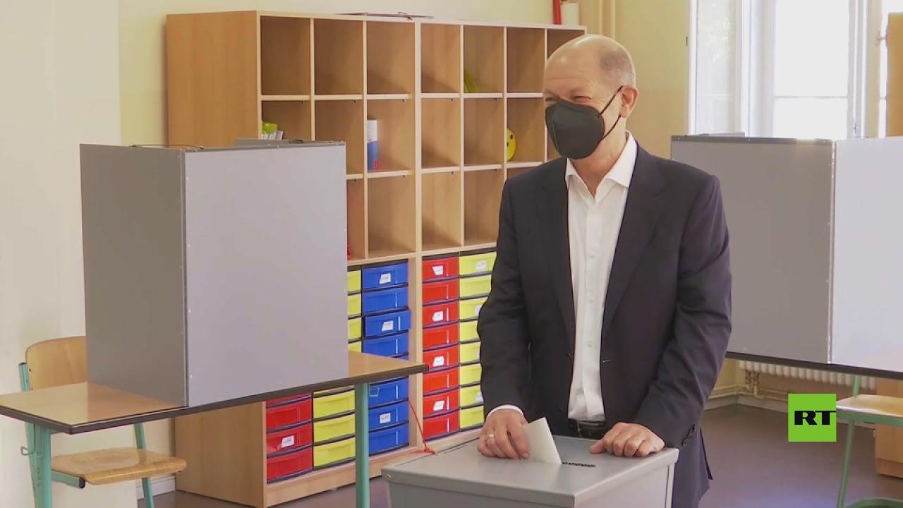مرشح الحزب الديمقراطي الاشتراكي أولاف شولتز يدلي بصوته في انتخابات البوندستاغ الألمانية  - 16:55-2021 / 9 / 26