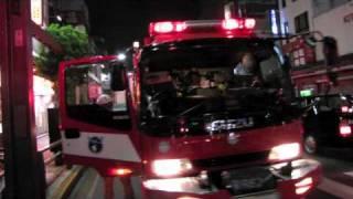 上野アメヤ横丁(第1出場現場)へ消防隊が集結したが、住所が誤って通...