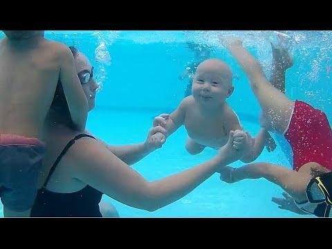 Маленькие дети плавают, ныряют в глубоком бассейне под водой  Little Kids, Baby Swimming In The Pool