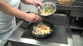 Рисовая лапша с овощами и курицей