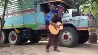 tài năng đường phố vừa hát ,Vừa đàn , vừa đánh trống