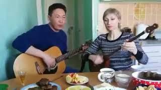 Казах и русская поют на домбре и гитаре