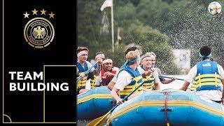 Teambuilding auf dem Wasser | Die Mannschaft beim Rafting & Wasserpolo