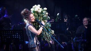 Дина Гарипова: нескончаемые цветы от зрителей на концерте в