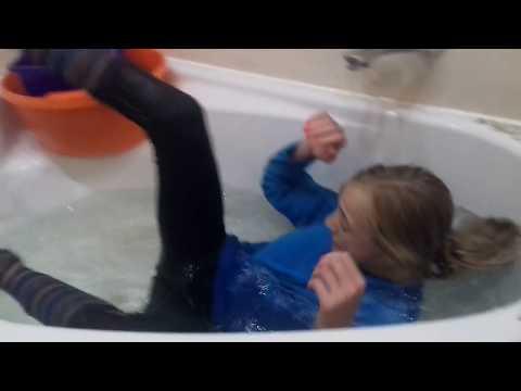 Моются в одежде видео Вам