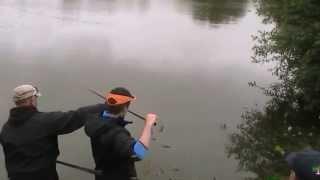 Ronan à la pêche à la carpe dans un carpodrome à Merdrignac