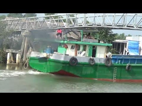Xà Lan vận tải chạy qua cầu đầy kĩ thuật/transport boat