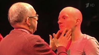 Пронзительный инклюзивный спектакль «Прикасаемые» представили на сцене Эрмитажного театра.