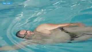 Как научиться плавать: «Полное погружение»(Осень — самое время записаться в бассейн. В нашем новом видео тренер и координатор направления — плавание..., 2014-10-15T16:07:23.000Z)